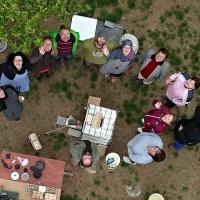 Účastníci workshopu u pece
