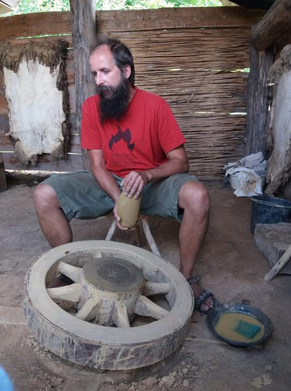 Petr Toms v Archeoparku ve Všestarech, výklad u točení na flying wheel | Foto: archiv Dílna U dubu, VII. 2018